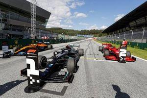 Победитель гонки Валттери Боттас, Mercedes-AMG Petronas F1, Шарль Леклер, Ferrari SF1000, и Ландо Норрис, McLaren MCL35