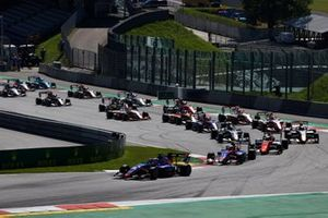Clement Novalak, Carlin, leads Devlin DeFrancesco, Trident, Richard Verschoor, MP Motorsport, Liam Lawson, Hitech Grand Prix, Alexander Smolvar, ART Grand Prix, and the rest of the field at the start