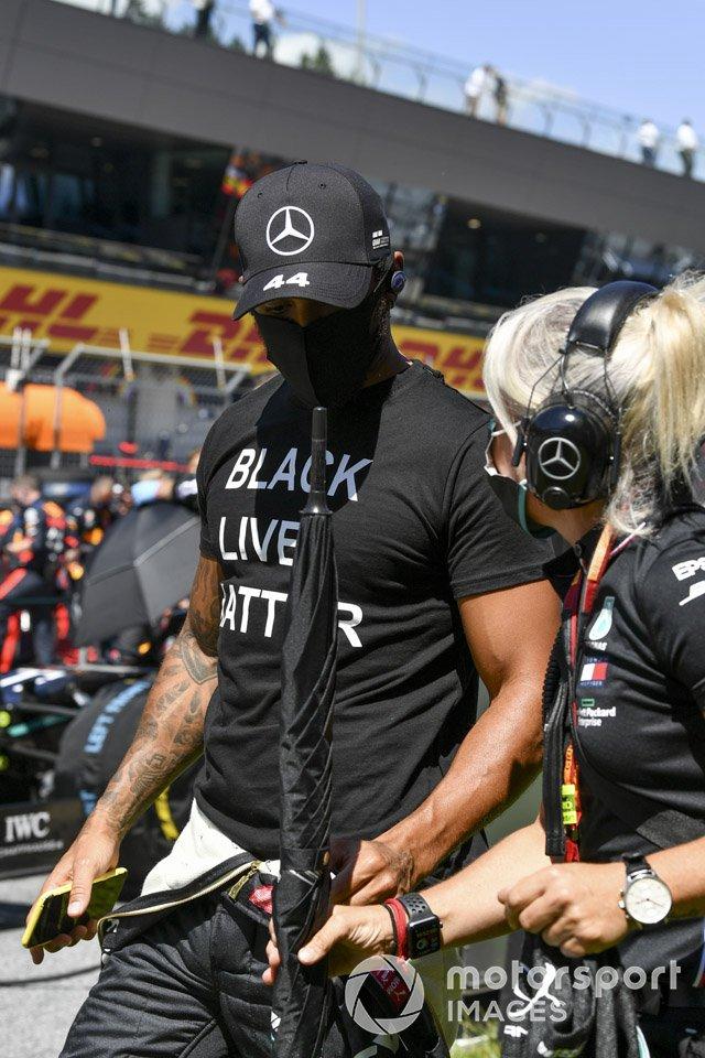 Lewis Hamilton, Mercedes-AMG Petronas F1 en la parrilla con Angela Cullen, Physio para Lewis Hamilton