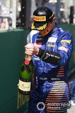 Lando Norris, McLaren, spruzza lo champagne sul podio