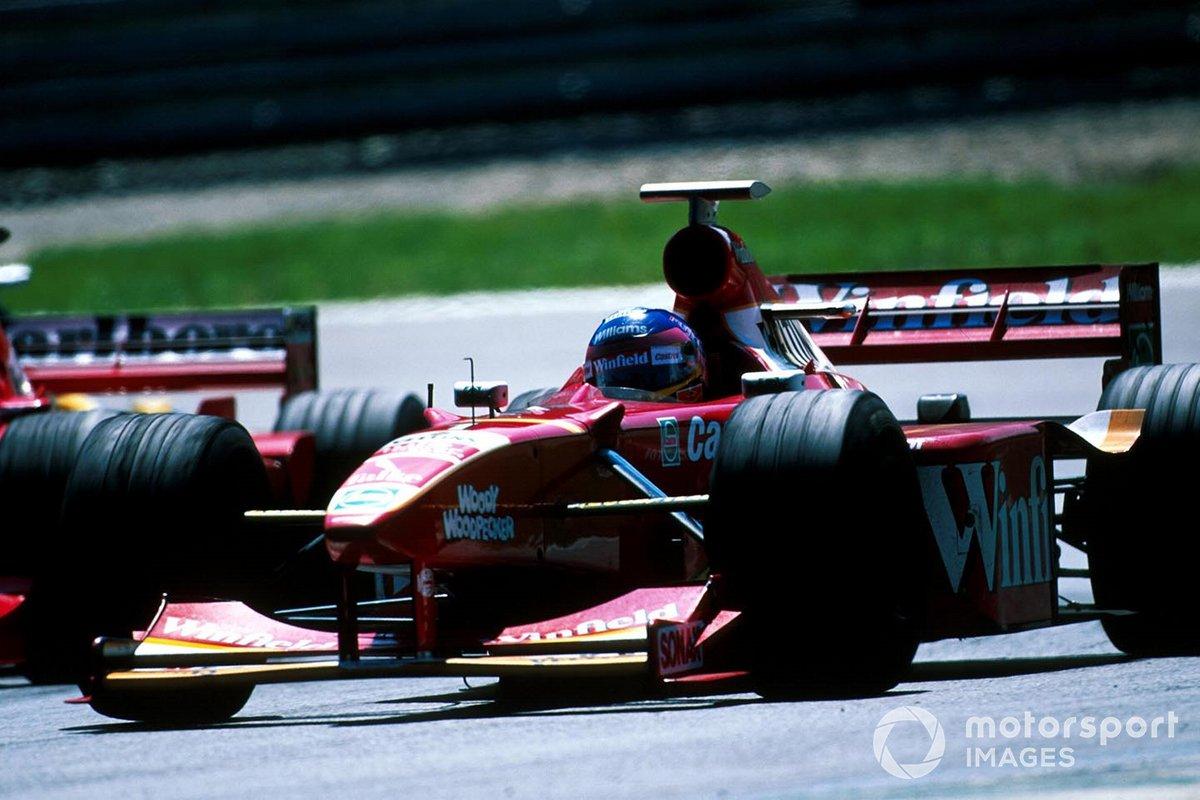 Судьба улыбнулась McLaren: Култхард не только удержался впереди, но и успел выскочить на трассу прямо перед машиной Вильнева, тогда как Шумахер застрял за Williams прошлогоднего соперника
