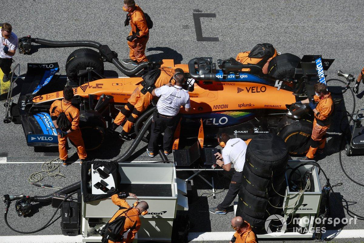 Meccanici e ingegneri sulla griglia di partenza con Lando Norris, McLaren MCL35