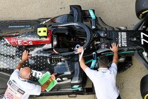 Scrutineers with the car of Valtteri Bottas, Mercedes F1 W11, in Parc Ferme