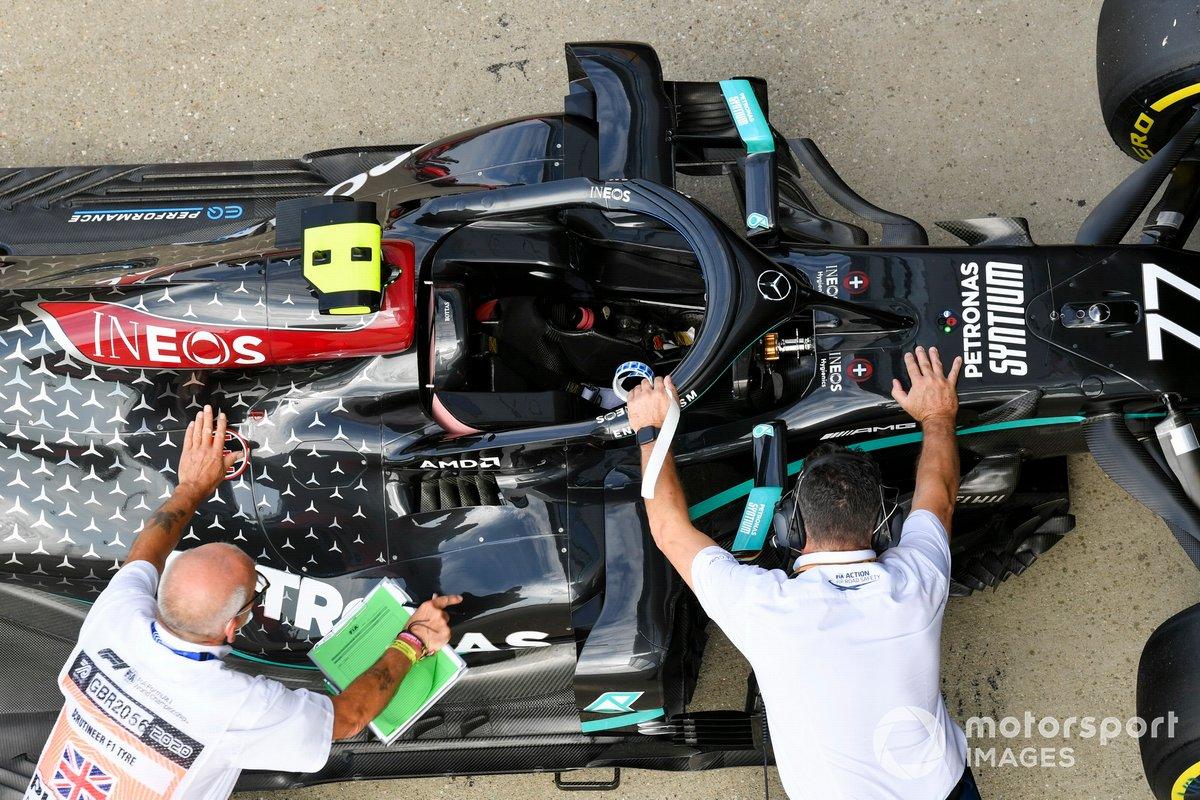 I commissari tecnici con l'auto di Valtteri Bottas, Mercedes F1 W11, nel Parc Ferme