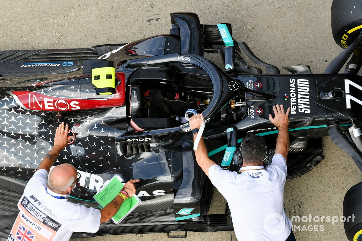 Escrutadores con el monoplaza de Valtteri Bottas, Mercedes F1 W11, en Parc Ferme