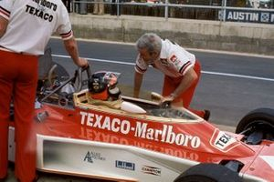 Emerson Fittipaldi, McLaren M23 Ford, speaks with Teddy Mayer