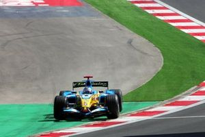 Fernando Alonso, Renault R26 runs wide