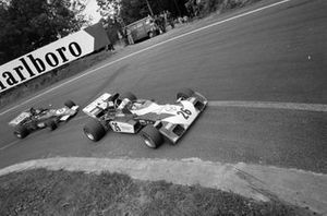 Mike Hailwood, Surtees TS9B Ford leads Ronnie Peterson, March 721G Ford
