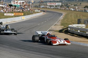 Mario Andretti, Ferrari 312B2 leads Carlos Pace, March 711 Ford