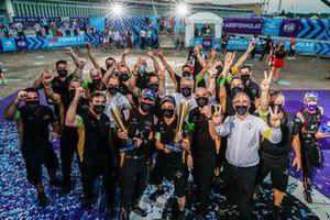 Jean-Eric Vergne, DS Techeetah, Antonio Félix da Costa, DS Techeetah celebran con el equipo