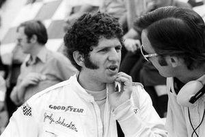 Jody Scheckter, McLaren, habla con Phil Kerr, Director de Carreras de McLaren