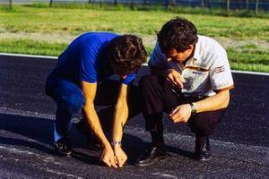 Gerhard Berger esamina lo stato dell'asfalto con Jackie Oliver al GP del Belgio del 1985 poi cancellato