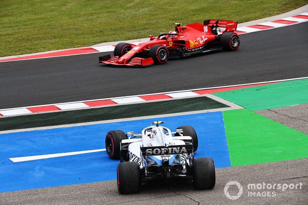 Charles Leclerc, Ferrari SF1000, pasa a Nicholas Latifi, Williams FW43, que se recupera de un trompo