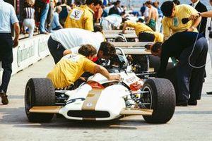 Pedro Rodríguez, BRM P153, en discusión con un miembro del equipo