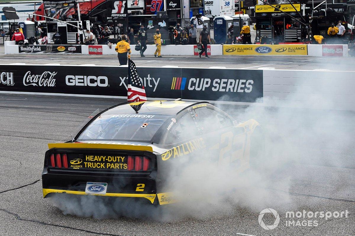 Победитель гонки Брэд Кеселовски, Team Penske, Ford Mustang