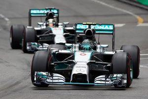Nico Rosberg, Mercedes F1 W05 Hybrid, precede Lewis Hamilton, Mercedes F1 W05, GP di Monaco del 2014