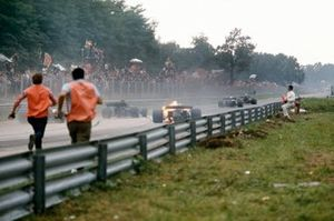 El monoplaza de Clay Regazzoni, Ferrari 312B2 estalla en llamas