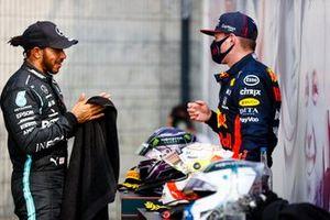 Lewis Hamilton, Mercedes AMG F1, parle avec Max Verstappen, Red Bull Racing