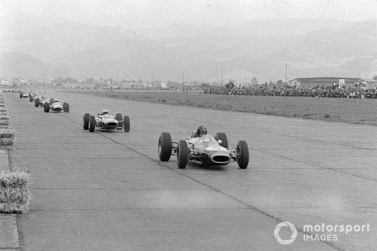 На третье место в гонке – позади Герни и Сертиза – вышел молодой пилот Ferrari Лоренцо Бандини. Любопытно, что на его машине стоял не мотор V8, как у лидера команды, а менее мощный V6