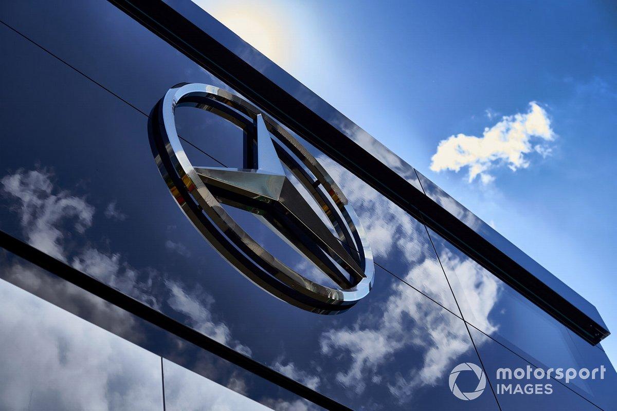 El logo de Mercedes en el garaje del paddock