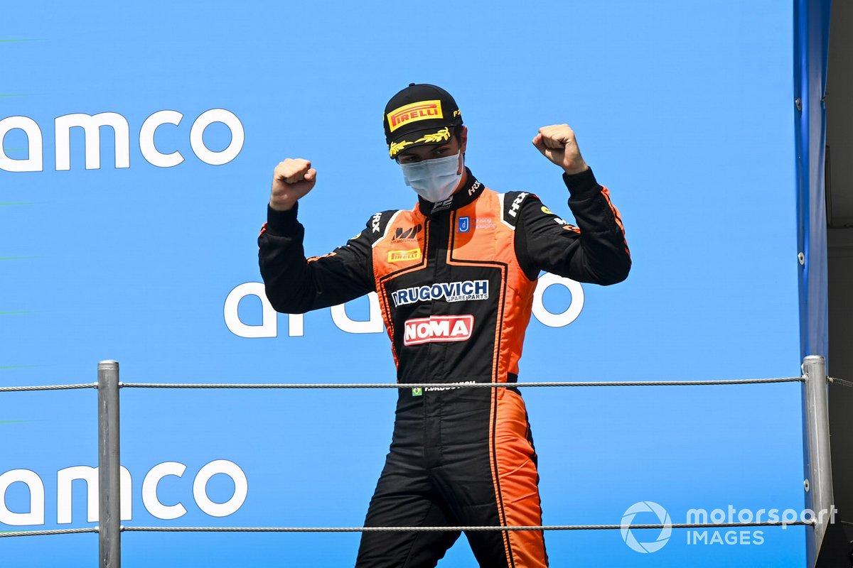 Il vincitore della gara Felipe Drugovich, MP Motorsport festeggia sul podio