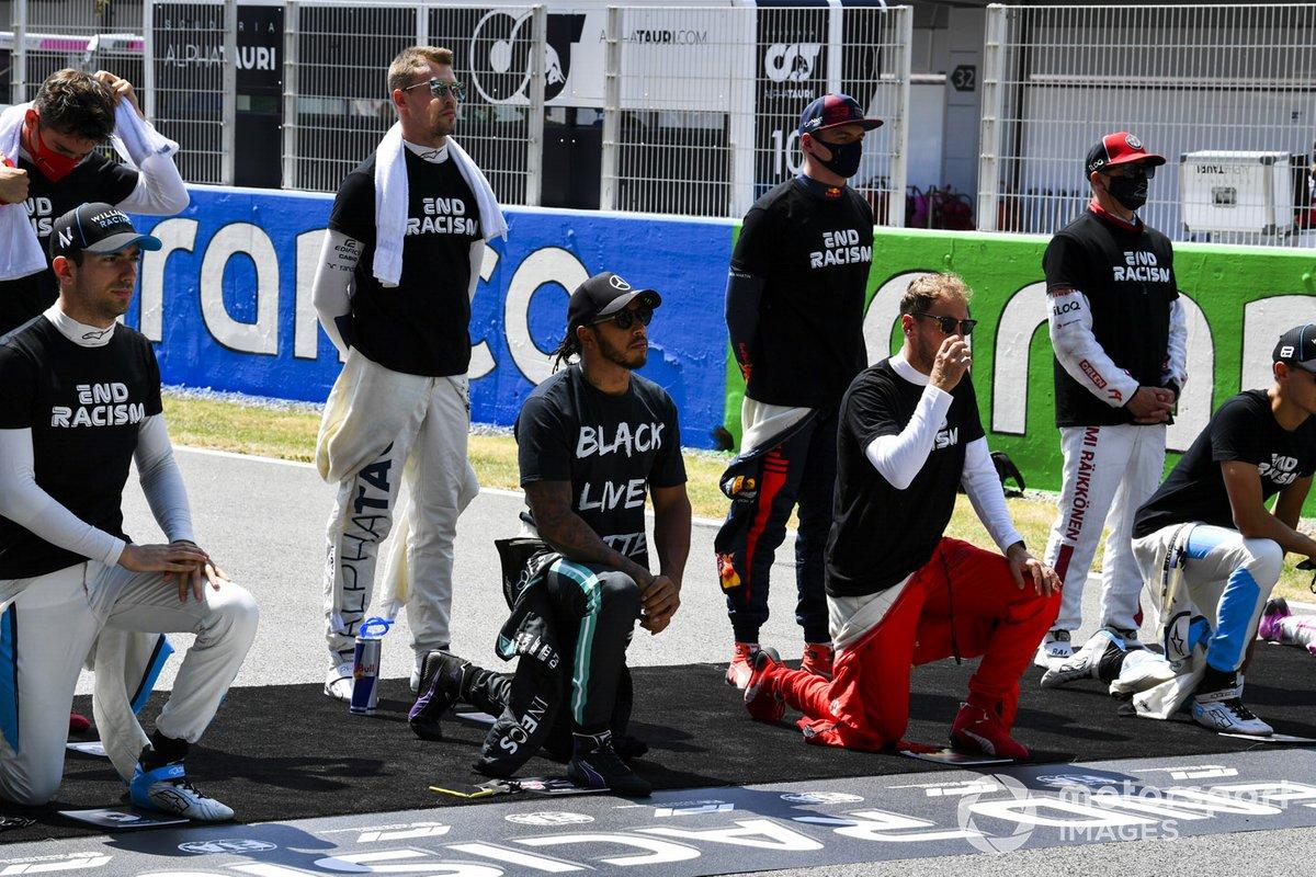 Lewis Hamilton, Mercedes-AMG Petronas F1 y Sebastian Vettel, Ferrari se arrodillan