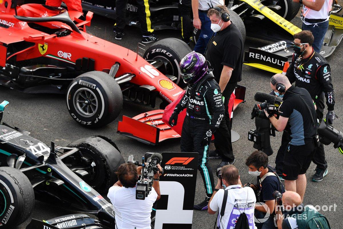 Lewis Hamilton, Mercedes-AMG F1, primo posto, ispeziona la gomma forata nel parc ferme