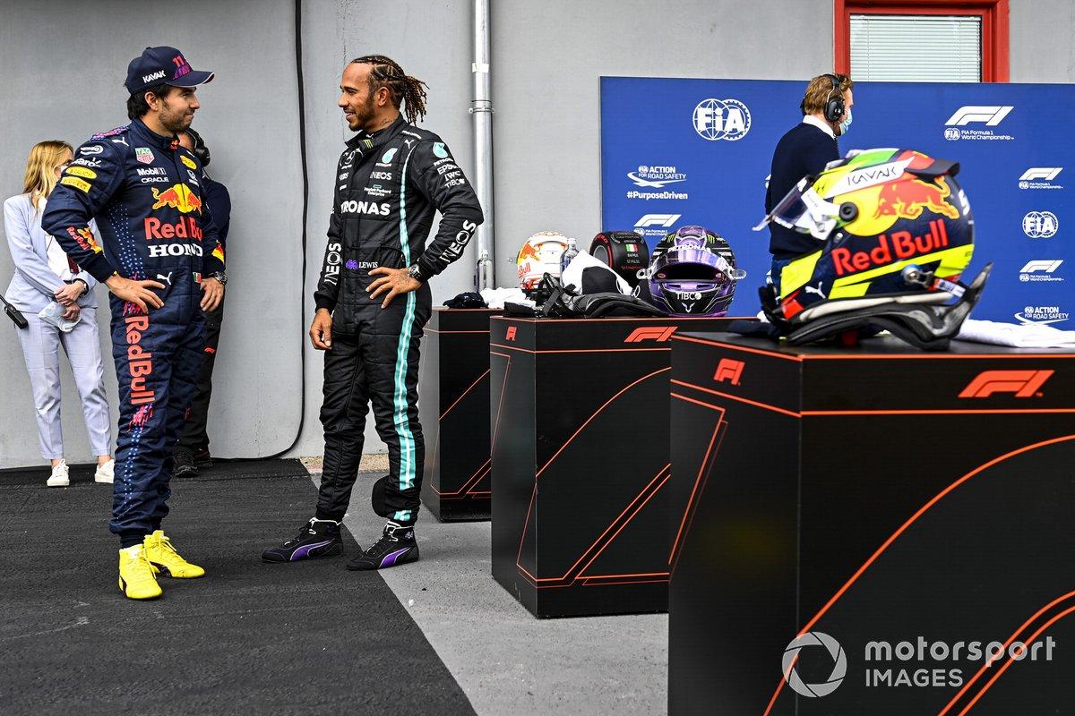 Sergio Pérez, Red Bull Racing y el ganador de la Pole Lewis Hamilton, Mercedes en Parc Ferme