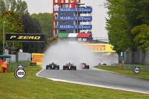 Льюис Хэмилтон, Mercedes W12, Макс Ферстаппен, Red Bull Racing RB16B, и остальные гонщики после старта