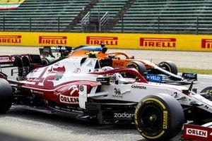 Antonio Giovinazzi, Alfa Romeo Racing C41, and Daniel Ricciardo, McLaren MCL35M, practice their start procedures at the end of FP3