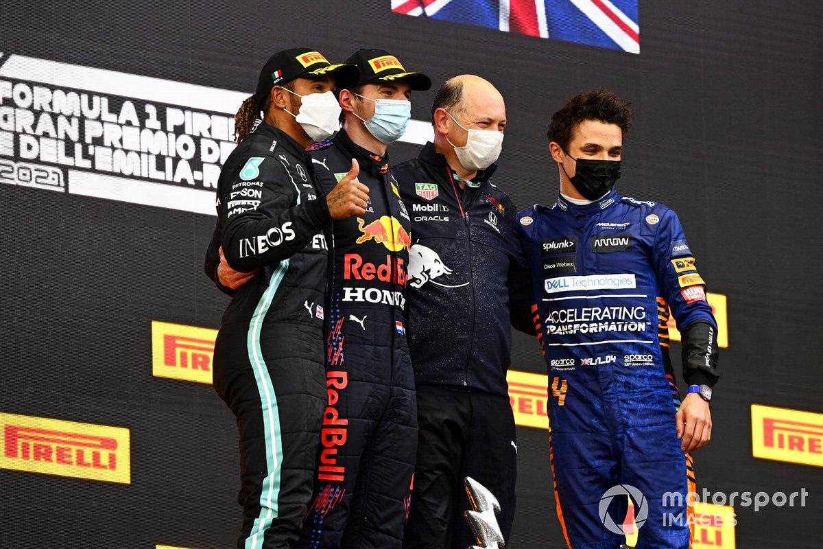 Lewis Hamilton, Mercedes, 2a posizione, Max Verstappen, Red Bull Racing, 1a posizione, rappresentante della Red Bull Racing, e Lando Norris, McLaren, 3a posizione, sul podio