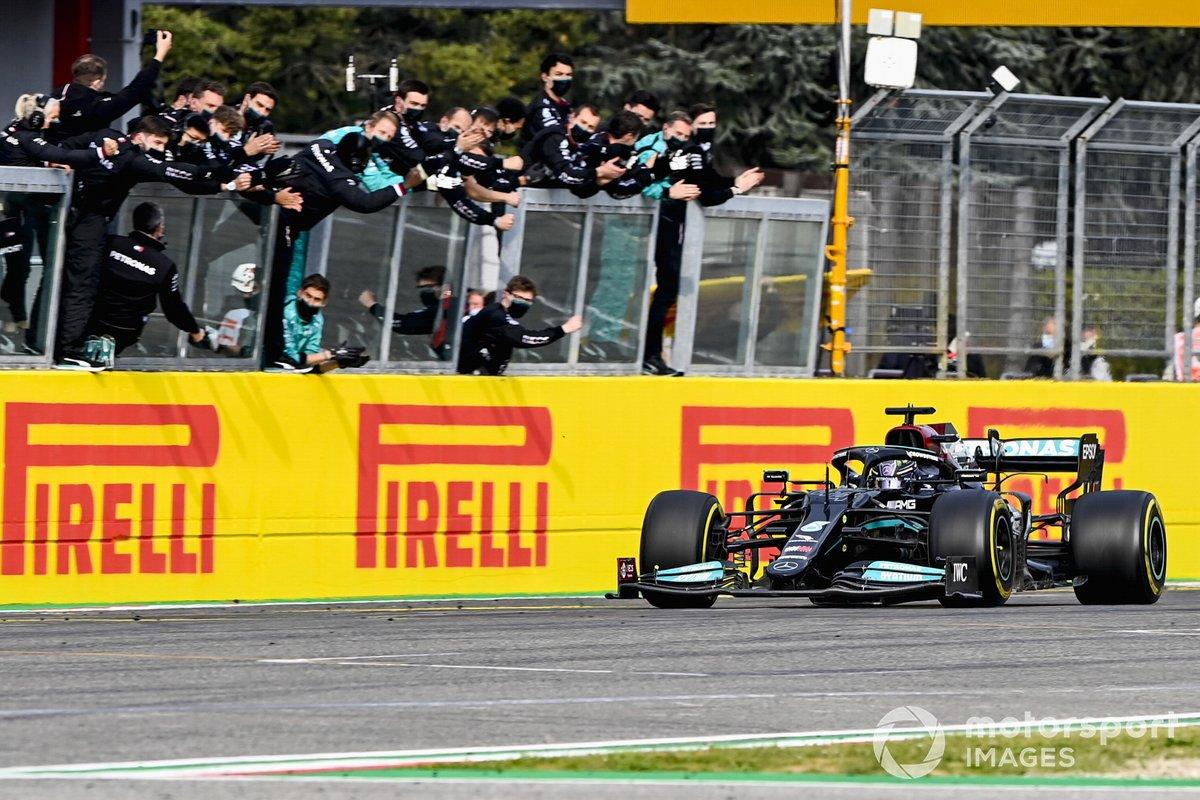 Segundo lugar Lewis Hamilton, Mercedes W12 cruza la meta