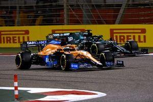 Daniel Ricciardo, McLaren MCL35M, battles with Lance Stroll, Aston Martin AMR21