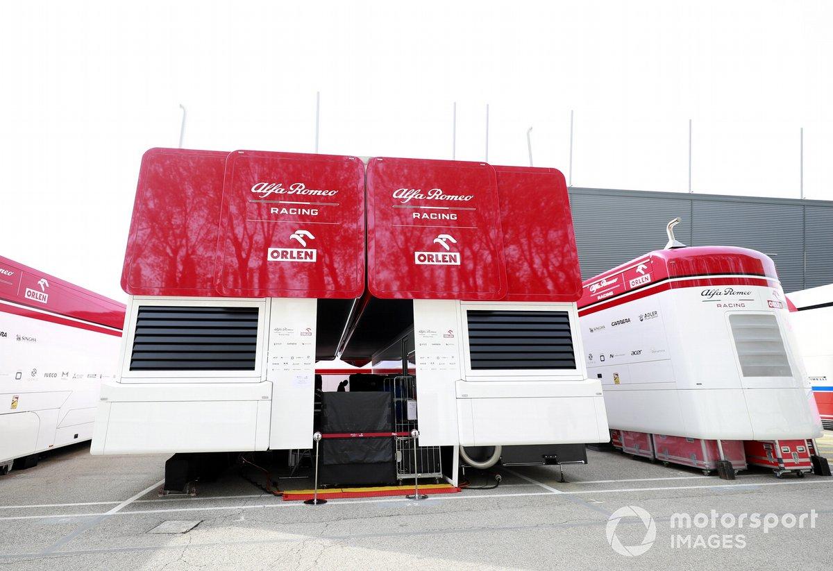 El motorhome de Alfa Romeo en el paddock de Imola