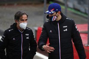 Davide Brivio, directeur de la compétition, Alpine F1, et Esteban Ocon, Alpine F1
