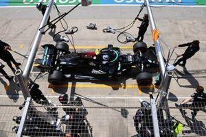 Valtteri Bottas, Mercedes W12, fait un arrêt aux stands