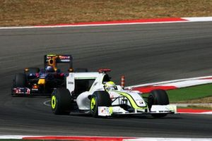 Jenson Button et sa Brawn Grand Prix BGP 001 devant Sebastian Vettel et sa Red Bull Racing RB5