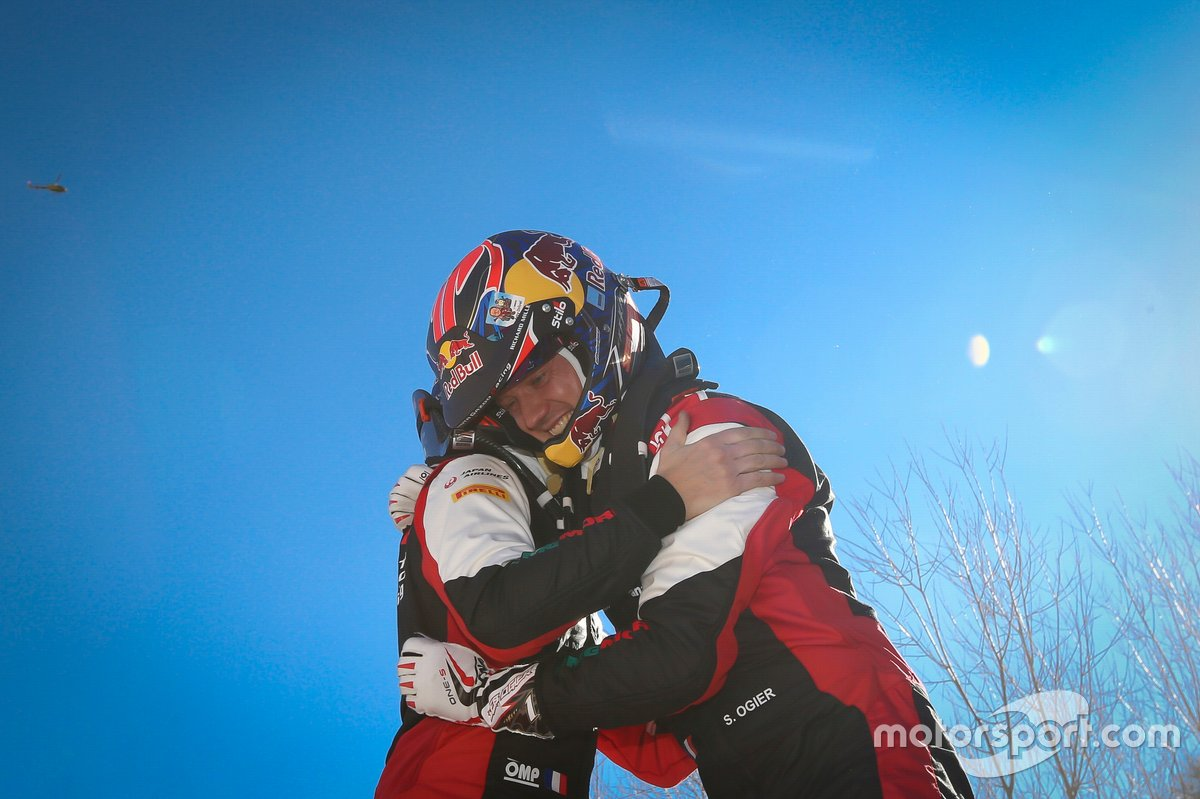 Winners Sébastien Ogier, Julien Ingrassia, Toyota Gazoo Racing WRT Toyota Yaris WRC berpelukan setelah memastikan juara Reli Monte Carlo 2021