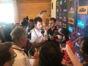 Johann Zarco, Red Bull KTM Factory Racing con la prensa en Silverstone