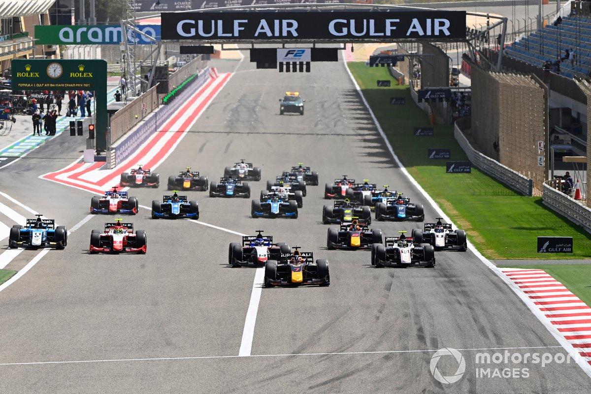Liam Lawson, Hitech Grand Prix, lidera en la salida