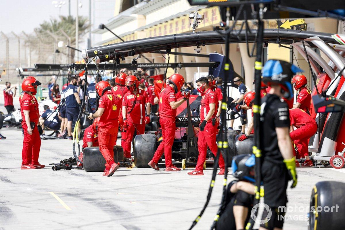 Pit stop fuera del garaje de Ferrari