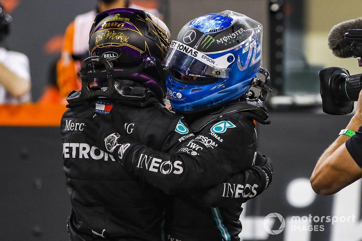 Lewis Hamilton, Mercedes-AMG F1, 3ª posición, y Valtteri Bottas, Mercedes-AMG F1, 2ª posición, se felicitan al final de la carrera