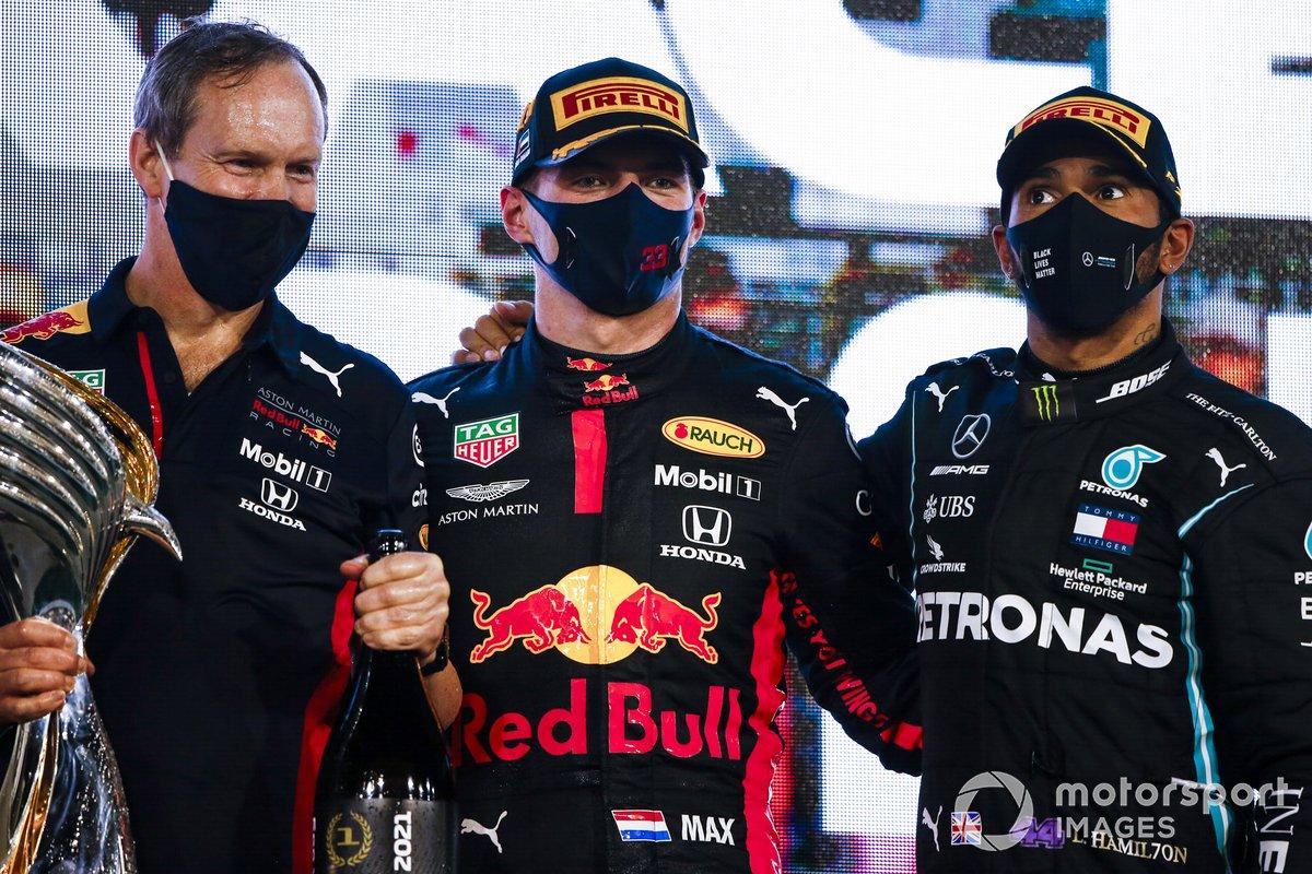 Podio: Paul Monaghan, Ingeniero Jefe, Red Bull Racing, ganador Max Verstappen, Red Bull Racing, y tercer lugar Lewis Hamilton, Mercedes-AMG F1