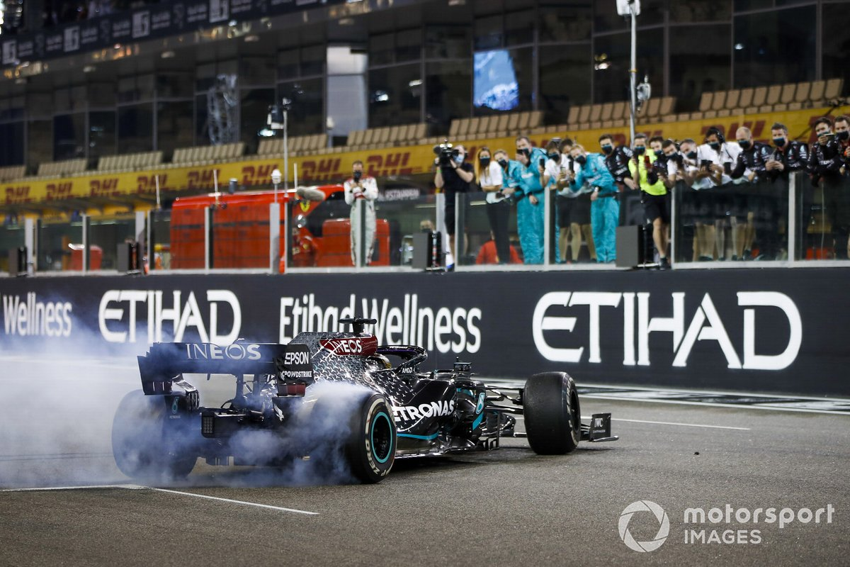 Lewis Hamilton, Mercedes F1 W11, 3ª posición, realiza donuts en la parrilla al final de la carrera