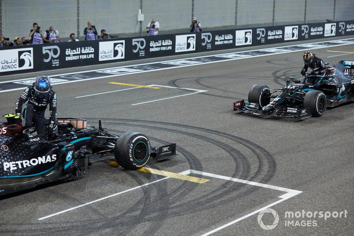 Valtteri Bottas, Mercedes F1 W11, 2ª posición, y Lewis Hamilton, Mercedes F1 W11, 3ª posición, en la parrilla después de los donuts de celebración