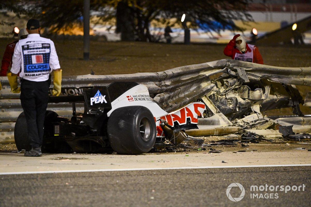 Los oficiales retiran los restos del monoplaza de Romain Grosjean, Haas VF-20, después del accidente en la primera vuelta