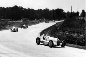 Rudolf Caracciola, Mercedes-Benz W25, devant Luigi Fagioli, Mercedes-Benz W25 et Hans Stuck, Auto Union A-typ
