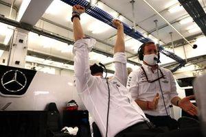Toto Wolff, Executive Director (Business), Mercedes AMG, e il team Mercedes festeggiano alla fine della gara