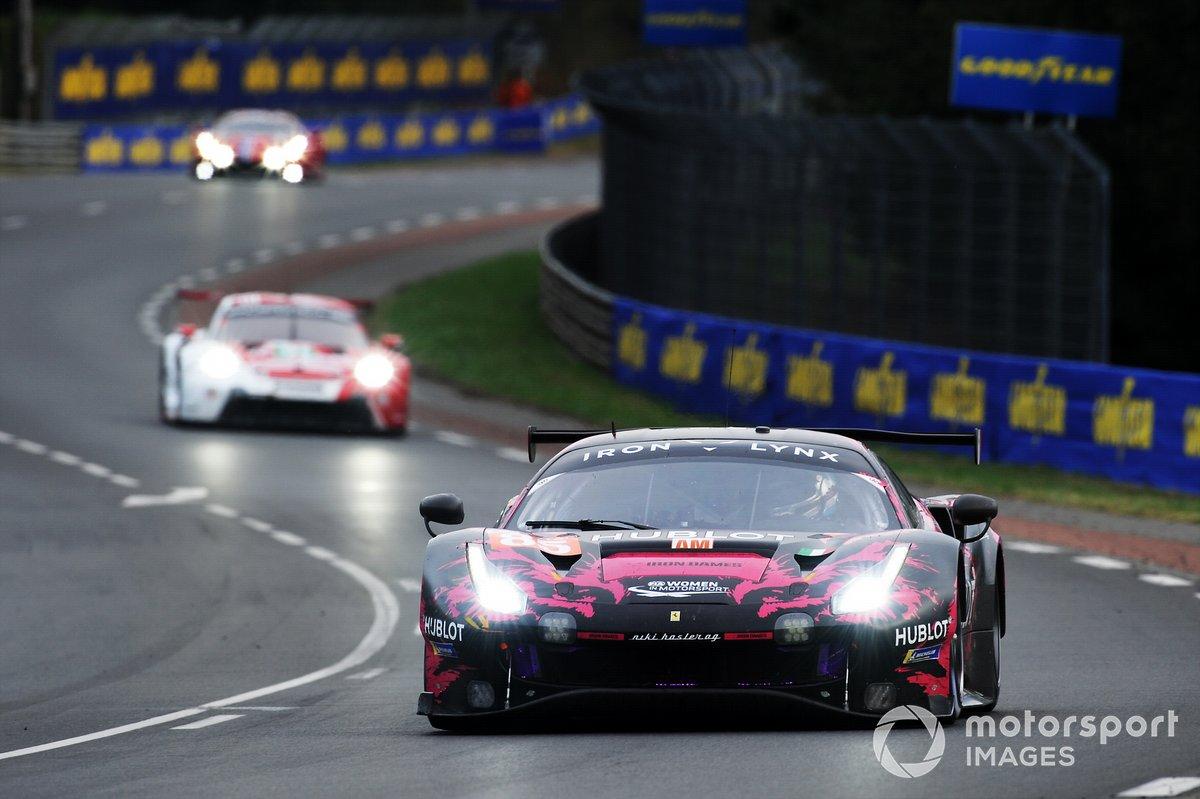 El #85 Iron Lynx Ferrari 488 GTE EVO de Manuela Gostner, Rahel Frey, Michelle Gatting también tuvo rosa en las 24h de Le Mans 2020
