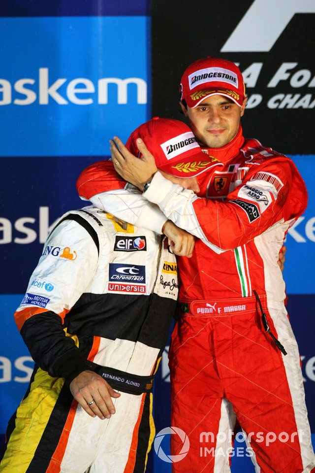 Podio: el ganador Felipe Massa, Ferrari y el segundo clasificado Fernando Alonso, Renault
